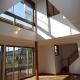 太陽の光で満ち溢れた吹き抜け空間のあるエコキュートの家