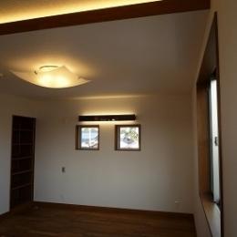 夫婦寝室 (太陽の光で満ち溢れた吹き抜け空間のあるエコキュートの家)