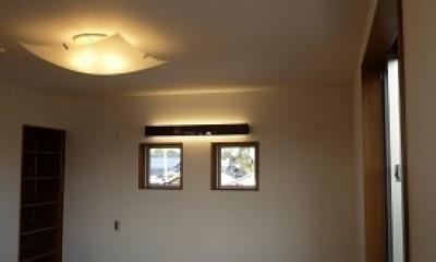 夫婦寝室|太陽の光で満ち溢れた吹き抜け空間のあるエコキュートの家