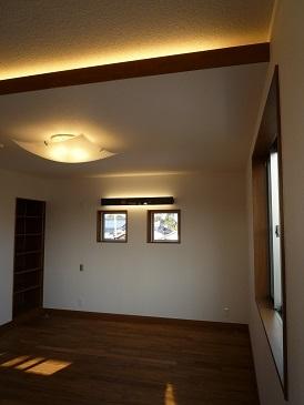 太陽の光で満ち溢れた吹き抜け空間のあるエコキュートの家の写真 夫婦寝室