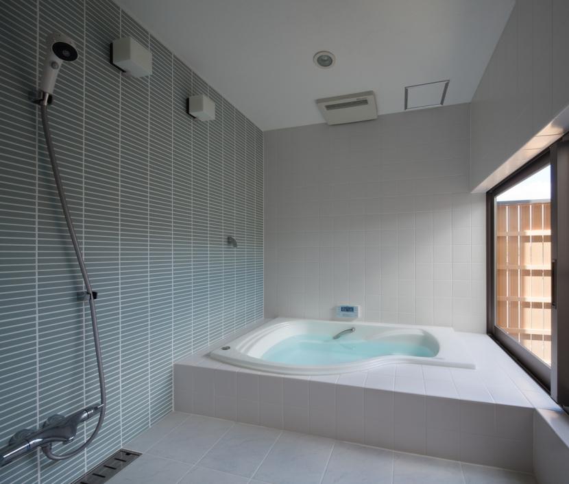 連屋根の家 (浴室)