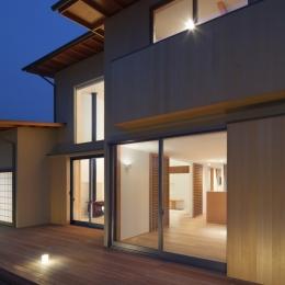 連屋根の家 (外観|夜景)
