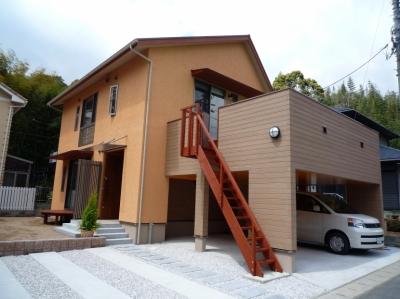 家族のための大空間と蔵のある家 (来客用駐車スペースから見た外観)