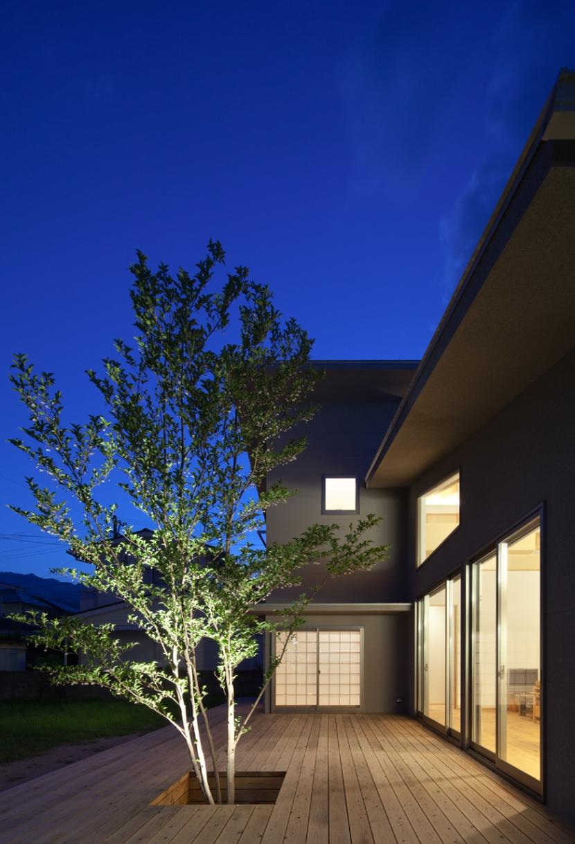 亀川の家の部屋 中庭|夜景