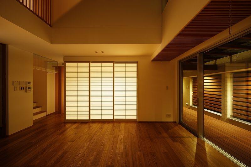 中百舌鳥の家の部屋 リビングダイニングと和室(夜景)