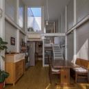 『』の家|鉄骨狭小スキップフロアのガレージハウス【大阪市】の写真 吹き抜けのあるリビングダイニング