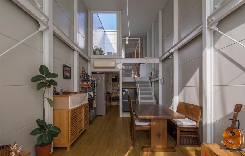 建築家:山本嘉寛「『』の家|鉄骨狭小スキップフロアのガレージハウス【大阪市】」