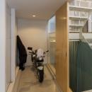 『』の家|鉄骨狭小スキップフロアのガレージハウス【大阪市】の写真 細長い土間アプローチ