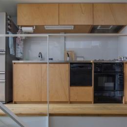 『』の家|鉄骨狭小スキップフロアのガレージハウス【大阪市】 (ラワン合板貼のシンプルな製作キッチン)