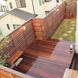 ウッドフェンスでプライバシーを確保した屋上庭園