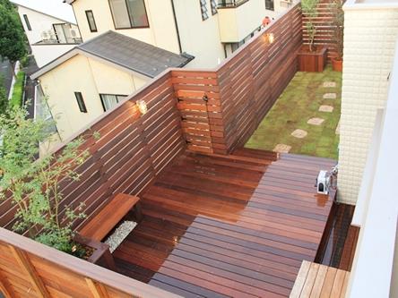 デザイナー:株式会社グリーンラッシュ/岩田充弘「ウッドフェンスでプライバシーを確保した屋上庭園」