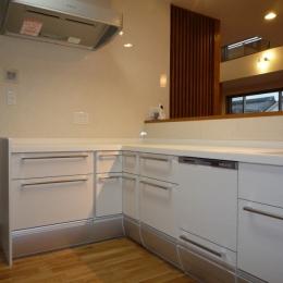 キッチン (太陽の光で満ち溢れた吹き抜け空間のあるエコキュートの家)