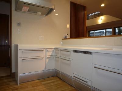 太陽の光で満ち溢れた吹き抜け空間のあるエコキュートの家 (キッチン)