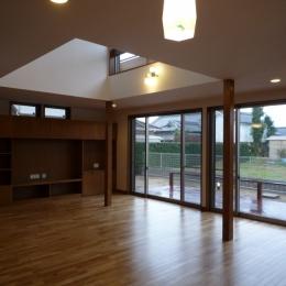 リビングダイニングキッチン (太陽の光で満ち溢れた吹き抜け空間のあるエコキュートの家)