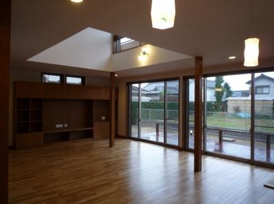 太陽の光で満ち溢れた吹き抜け空間のあるエコキュートの家 (リビングダイニングキッチン)