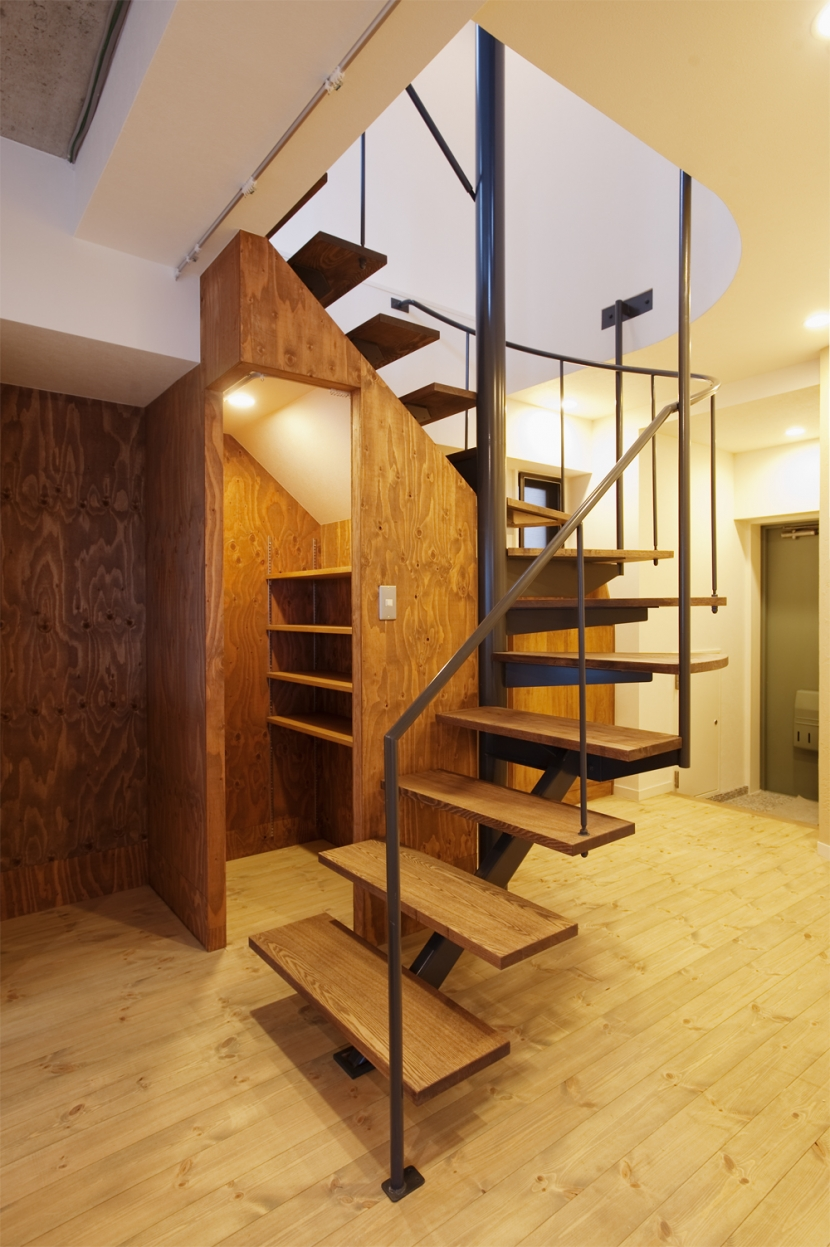 I邸・昭和時代の喫茶店のようないえの写真 らせん階段