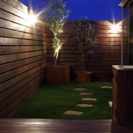 ウッドフェンスでプライバシーを確保した屋上庭園 (夜はライトアップして)