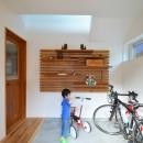 アルティザン建築工房の住宅事例「玄関土間は自転車ピット」