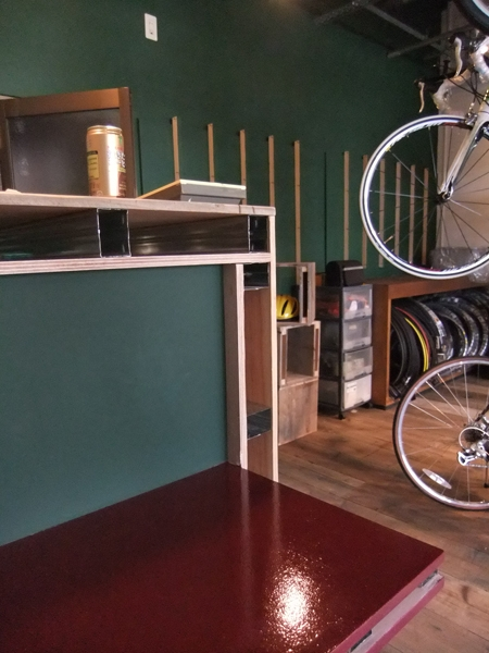 西早稲田自転車店リピト・イシュタール1号店の写真 自転車店舗 木製カウンター