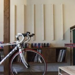 ... 自転車店舗 カウンターと椅子