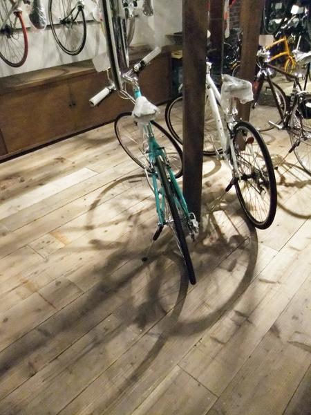 西早稲田自転車店リピト・イシュタール1号店の部屋 自転車店舗 自転車と床