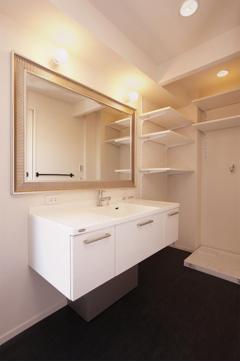 U邸・お料理もフラワーアレンジもみんなで楽しむお家の写真 洗面台