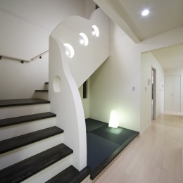 センターコートのある家 (夜の階段室)