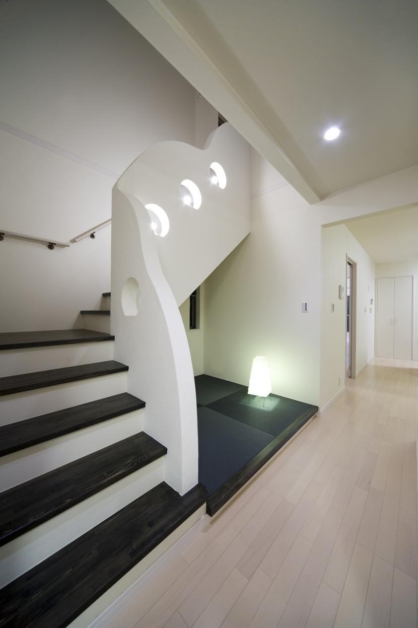 センターコートのある家の部屋 夜の階段室