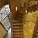 2階から階段を見下ろす