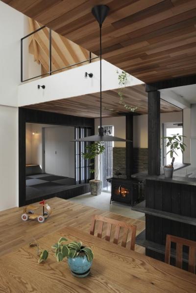 薪ストーブ・土間空間 (薪ストーブのある三角屋根の暮らしを楽しむ家(末広の家))