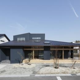 水平に広がる大きな軒と縁側のある家(阿久比の家) (外観・デッキ・シンプル)