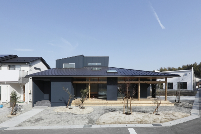 外観・デッキ・シンプル (水平に広がる大きな軒と縁側のある家(阿久比の家))
