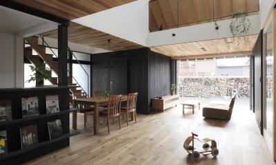 薪ストーブのある三角屋根の暮らしを楽しむ家(末広の家) (LDK)