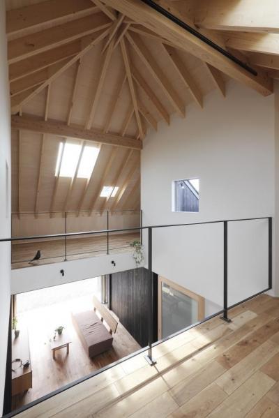 吹抜け (薪ストーブのある三角屋根の暮らしを楽しむ家(末広の家))