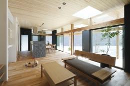 「阿久比の家」広いデッキ・水平に広がる・カフェ (LDK)