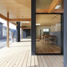 「阿久比の家」広いデッキ・水平に広がる・カフェ (縁側・中間領域・杉)