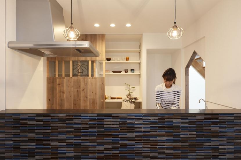 「羽束師の家」アンティーク・吹抜け・土間の写真 キッチン・タイル