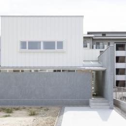 プライバシーを確保しつつ開放的な旗竿地に建つ家(草津の家)