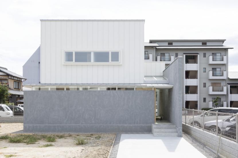 「草津の家」旗竿地・中間領域・坪庭 (外観)