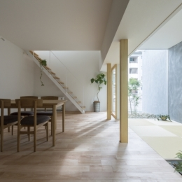LDK (プライバシーを確保しつつ開放的な旗竿地に建つ家(草津の家))