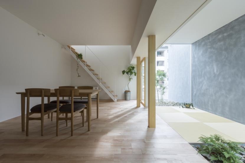 「草津の家」旗竿地・中間領域・坪庭の部屋 LDK