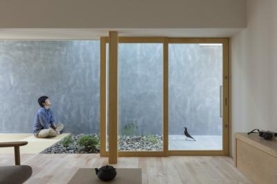 玄関 (プライバシーを確保しつつ開放的な旗竿地に建つ家(草津の家))