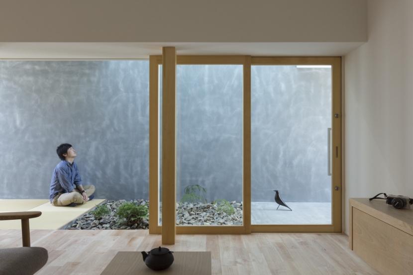 「草津の家」旗竿地・中間領域・坪庭の部屋 玄関
