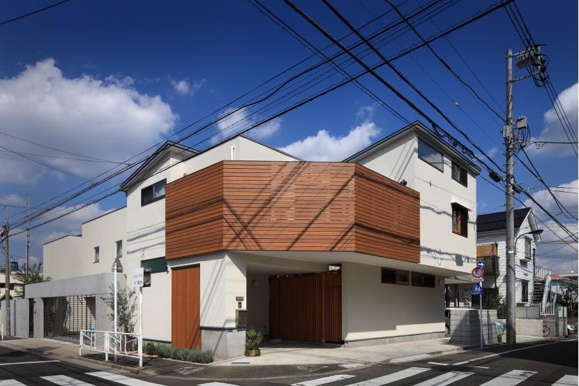 交差点に建つ光庭の家 (外観)