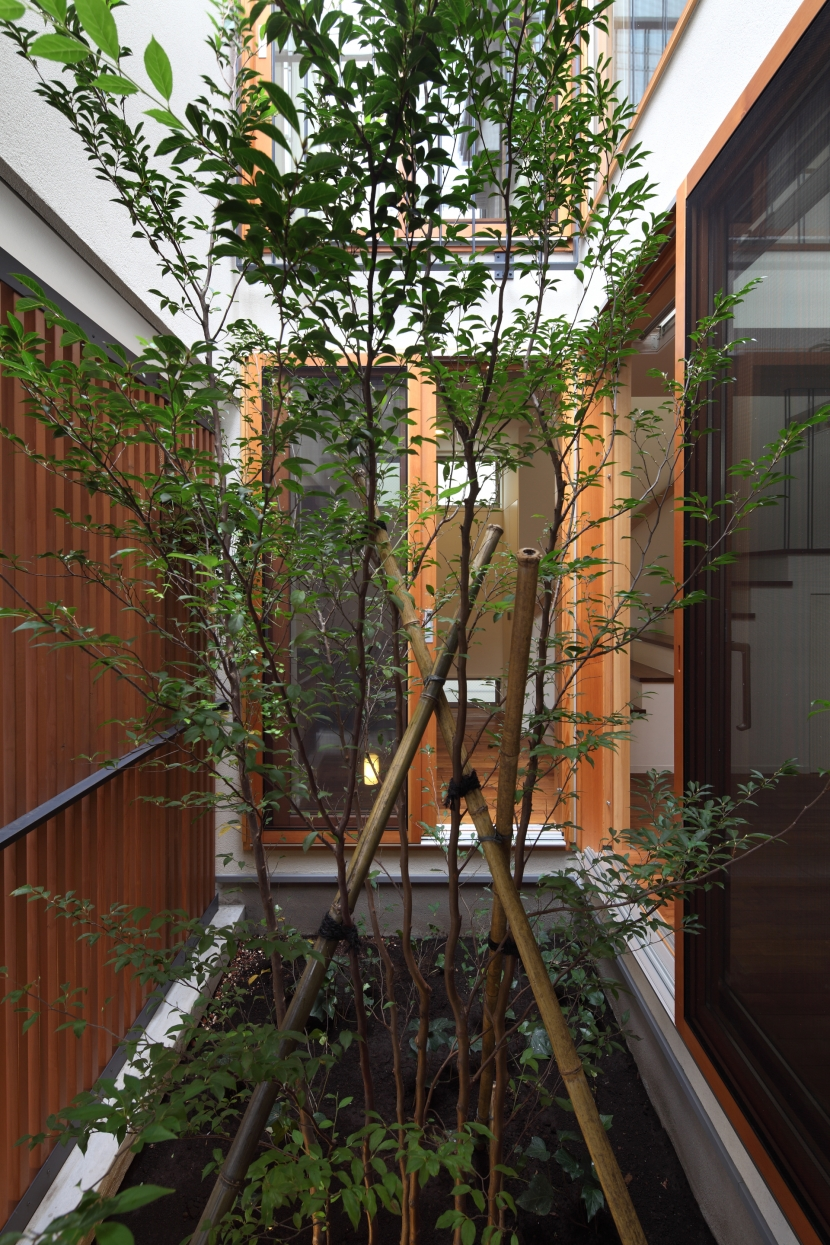 交差点に建つ光庭の家の部屋 格子で閉じられた光庭