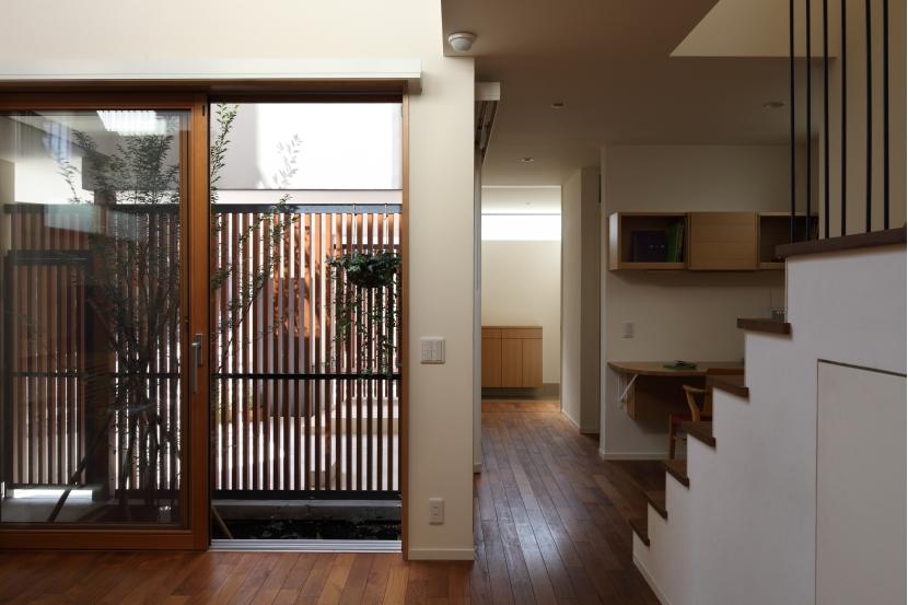 交差点に建つ光庭の家の部屋 光庭右奥に玄関