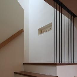 交差点に建つ光庭の家 (光の落ちる階段、踊り場にニッチ)