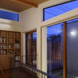 交差点に建つ光庭の家 (ライブラリー越しにルーフテラスを見る)