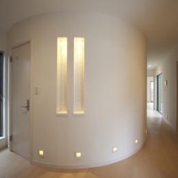 1階ホールのR壁 (蔵とヴァイオリン室のある家)