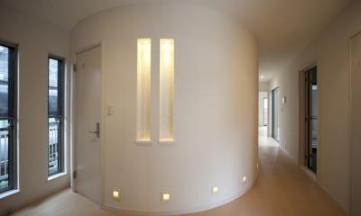 蔵とヴァイオリン室のある家 (1階ホールのR壁)
